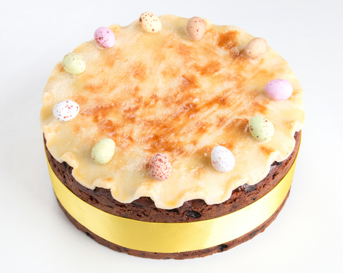 ドライフルーツをたっぷりと入れて焼き上げる、イースターの伝統菓子シムネルケーキ