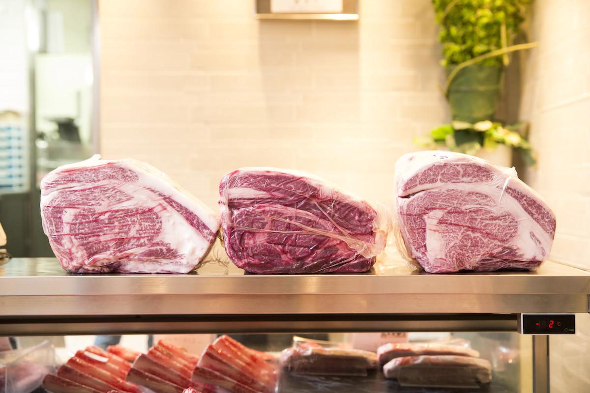 中央が長野県の日本短角種のロース肉の画像