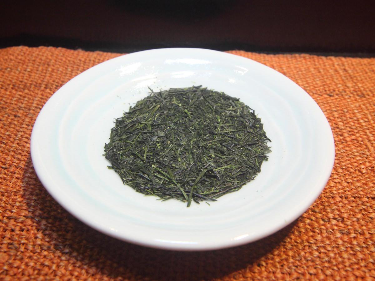 香り豊かな新茶のお葉っぱの画像