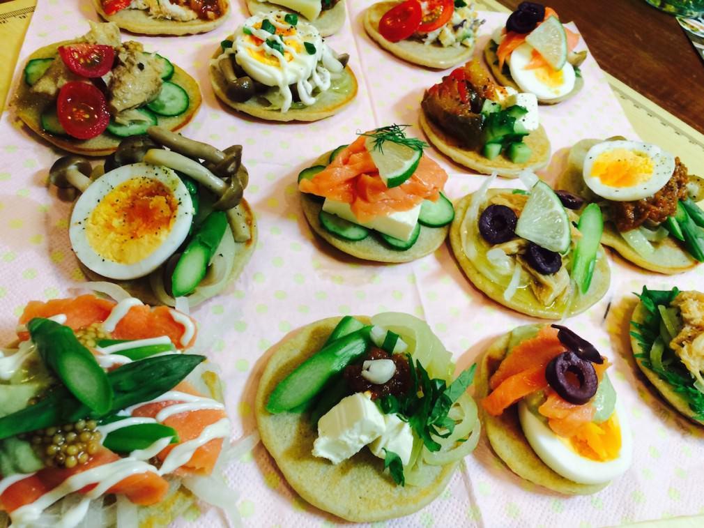 フィンランドのそば粉のパンケーキ「ブリニ」のパーティメニューの画像