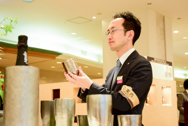 日本橋三越本店 リビング和食器担当・岩田哲平セールスマネージャーの画像