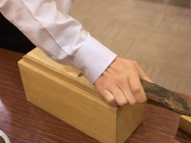 高級削り器「團十郎 鰹節削り器」でかつお節を削っている様子