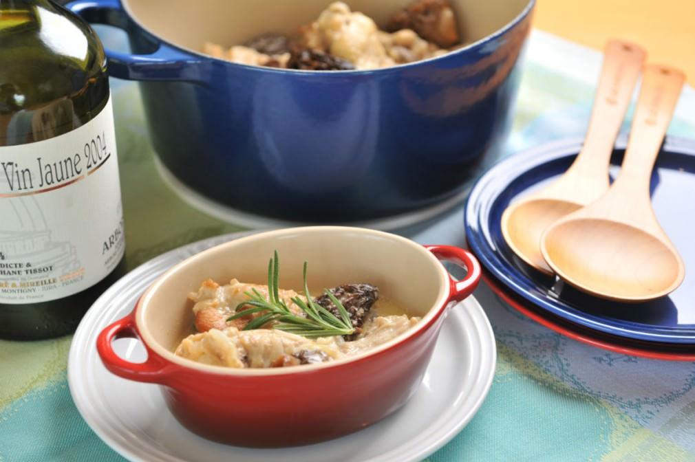 上質な食卓を演出する「ル・クルーゼ」の鍋と料理の画像