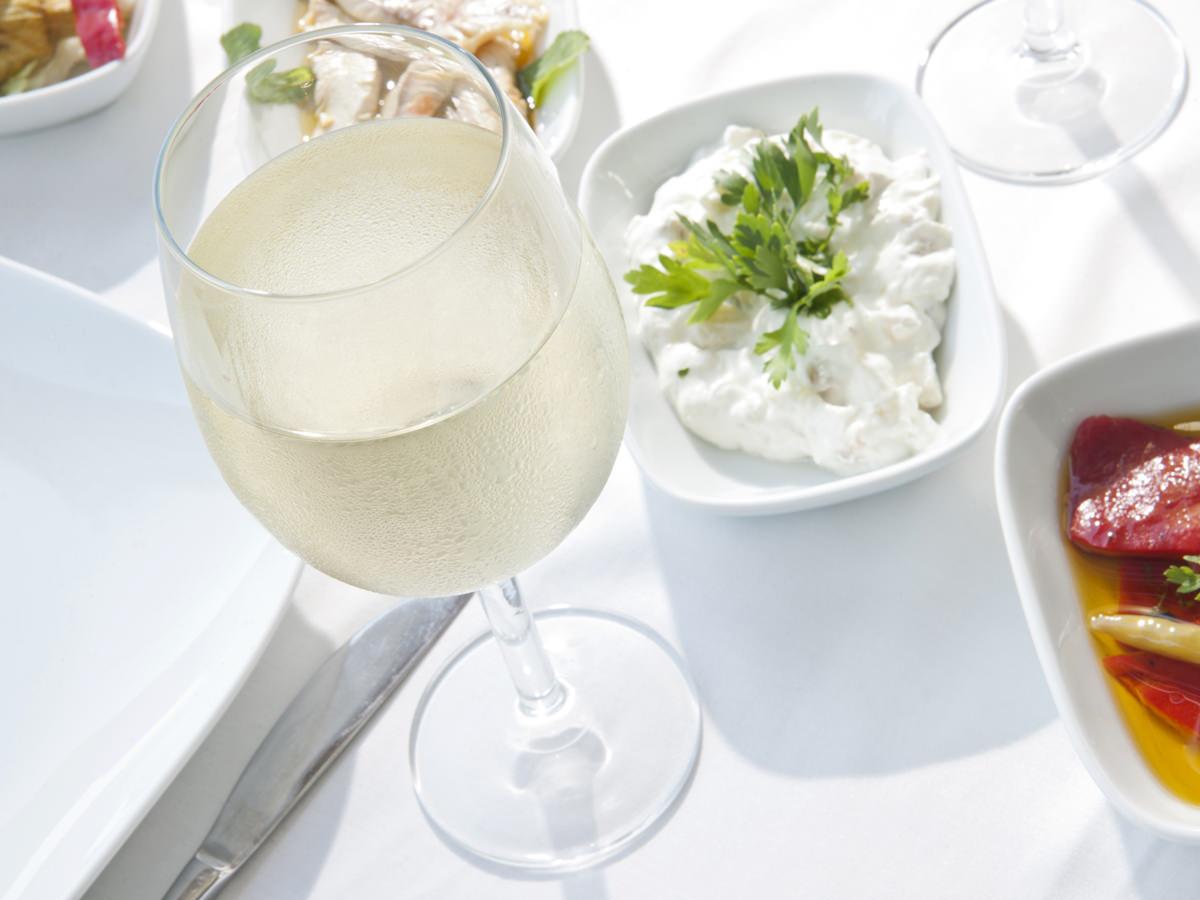 グラスの中で旅をする。初夏におすすめしたい世界の白ワイン8本_1