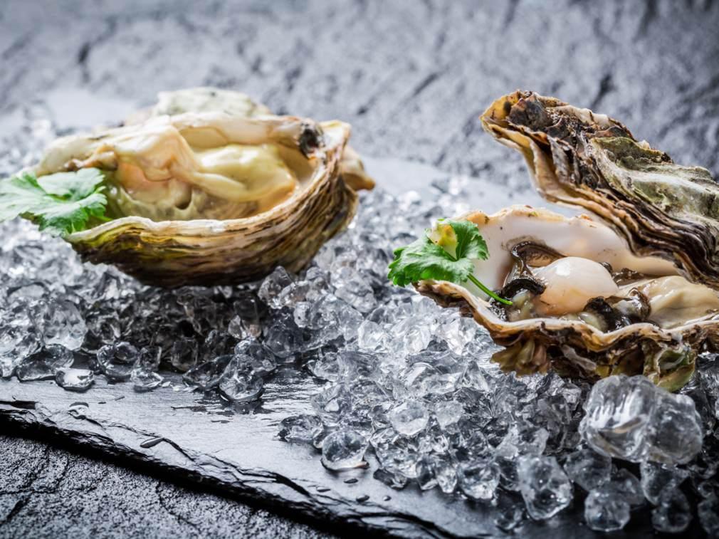 夏が旬の「岩牡蠣」と、冬が旬の「真牡蠣」の画像