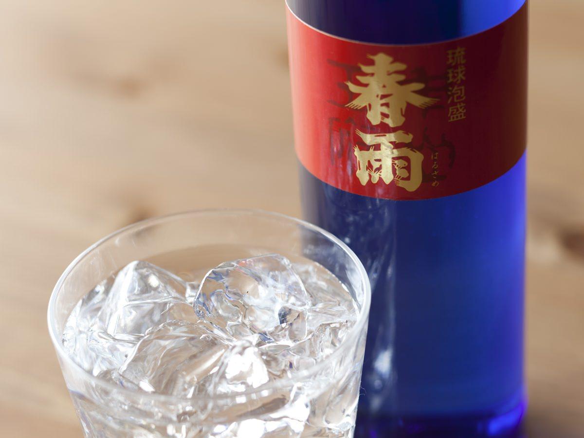 <宮里酒造>の春雨 ブルーを注いだグラスの画像