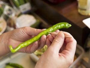 酸っぱくない「サラダピクルス」の作り方。野菜に穴を開けるところの画像