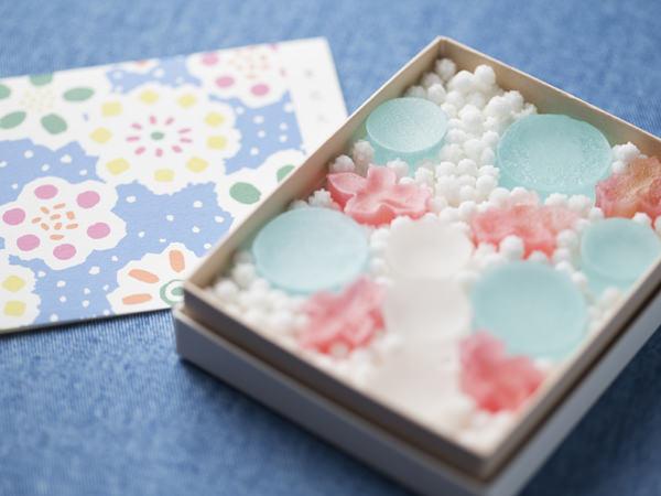 見た目にも涼しい、京都の琥珀菓子、<亀屋良長>暦(夏花火)の画像