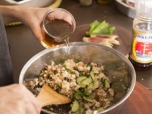 簡単冷汁をつくる際にナンプラーを具に混ぜる様子