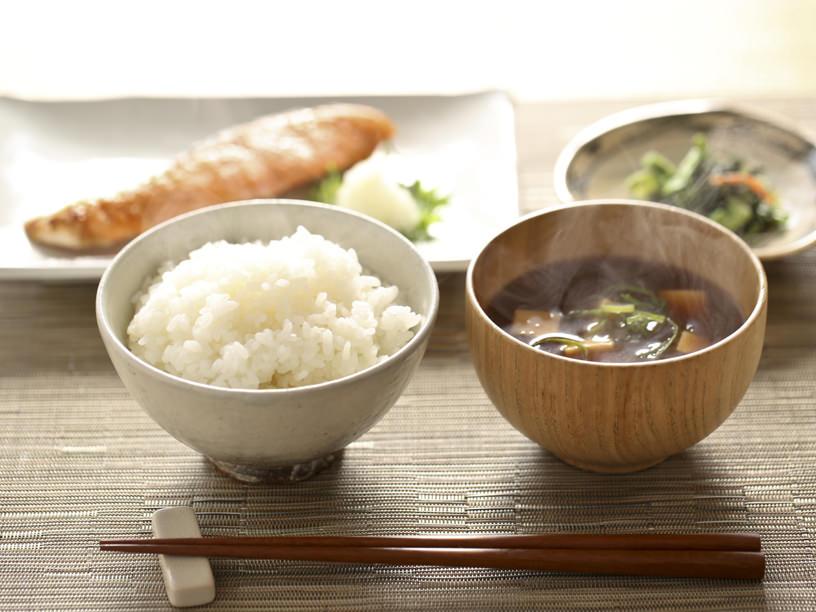 温かいご飯とお味噌汁、おかずに焼鮭