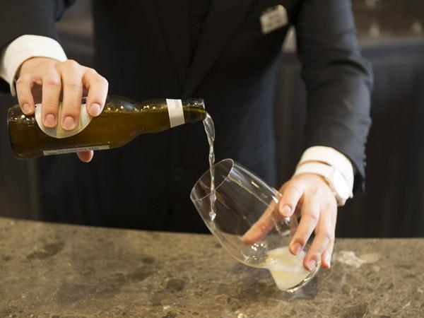 グラス「アメリカン・ウィート・ビール」にヒューガルデン・ホワイトを注ぐ
