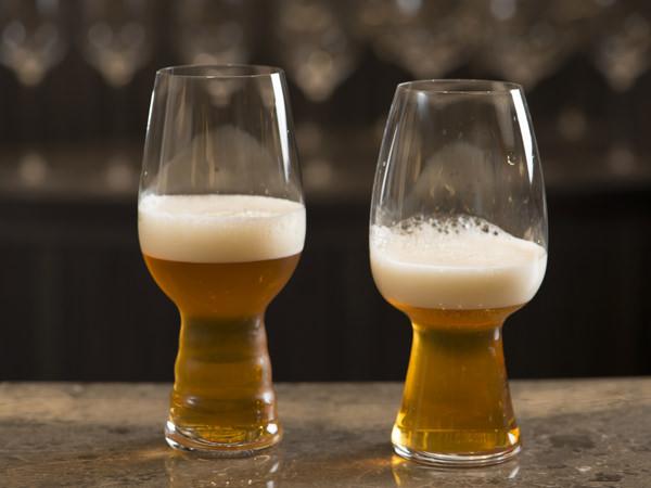 異なる2つのシュピゲラウのグラスに、「インドの青鬼」を注ぐ