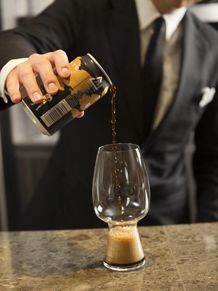 グラス「スタウト」に「東京ブラック」を注ぐ