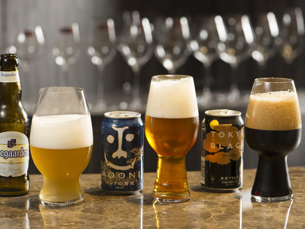 各クラフトビールを相性の良いグラスに注ぎ、並べた