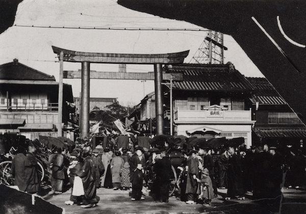 七五三のお祝いに、神田明神にお参りをする明治時代の人々。