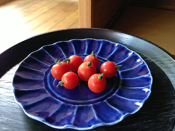 青色のお皿に盛りつけられたトマト