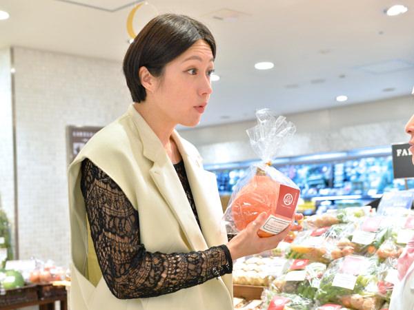 希少野菜の風貌に目を丸くする犬山紙子さん