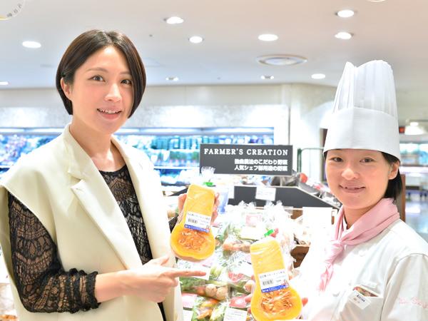 バターナッツを手に持つ犬山紙子さんと鈴木理繪シェフ