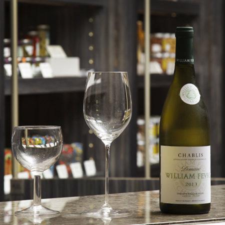 リーデルのワイングラスと白ワイン「シャブリ」