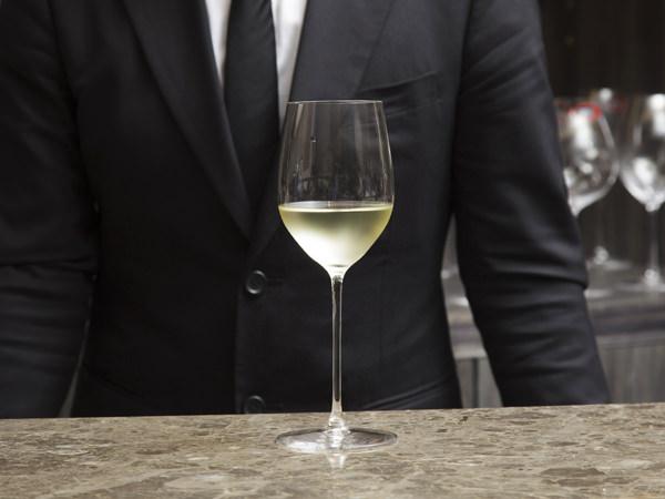 白ワインが入ったワイングラス