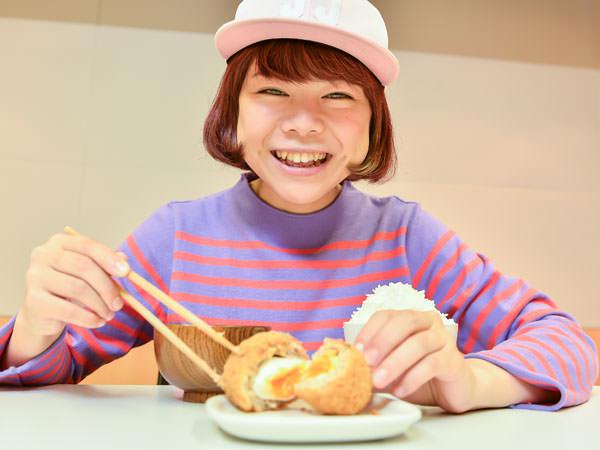 玉子のふわとろメンチの迫力に、満面の笑みを浮かべるDJみそしるとMCごはんさん