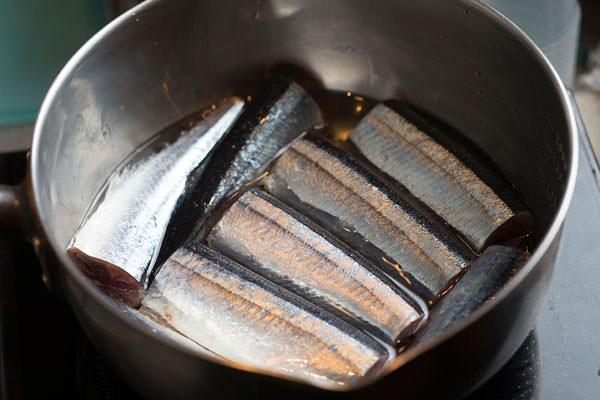 秋刀魚のコンフィのレシピ。鍋に入れた秋刀魚