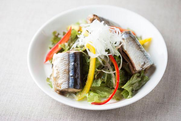 秋刀魚のコンフィのアレンジ。秋刀魚のコンフィをのせたサラダ