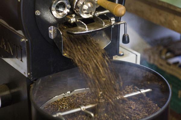 コーヒーの焙煎風景