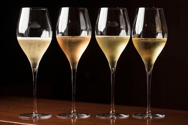 グラスに注いだシャンパーニュ、スパークリングワインの瓶