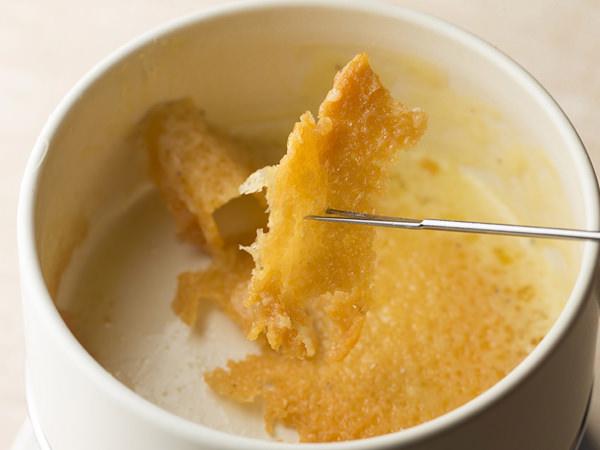 極上チーズフォンデュのレシピ、フォンデュ鍋の底に残ったパリパリのチーズおこげ