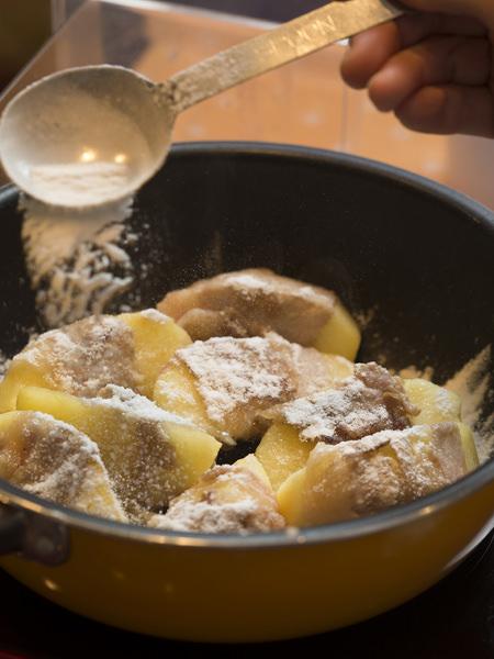 りんごの豚肉巻きソテーのレシピ、砂糖をふりかけられた調理中のりんごの豚肉巻き