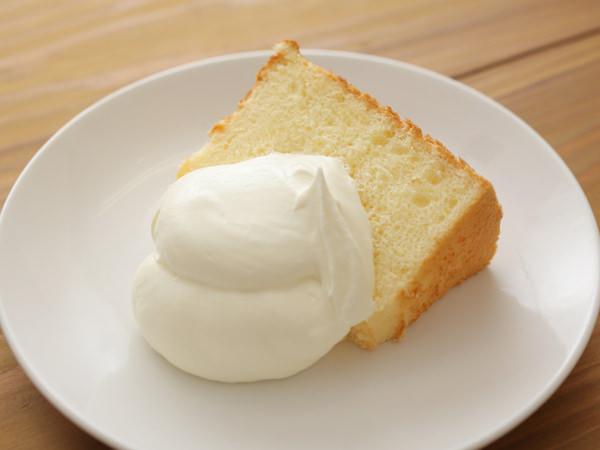 クリームを添えたケーキ