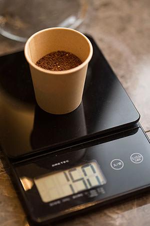 コーヒー豆の分量を量る