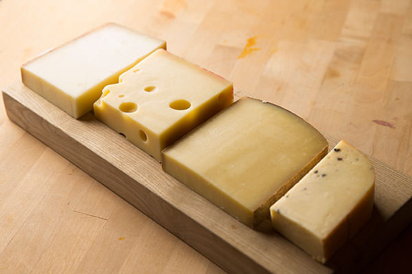 チーズフォンデュの材料となる極上のチーズ