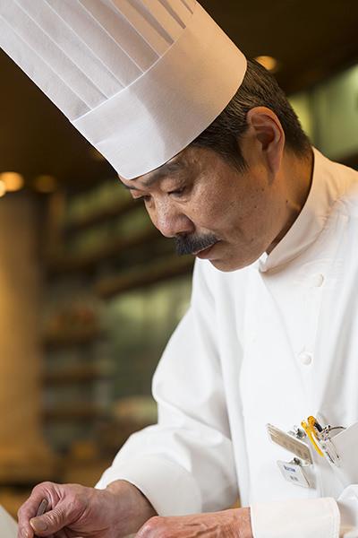 調理中の岩田シェフ
