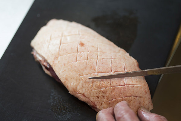 鴨肉のバルサミコソース りんごのソテー添えのレシピ。皮目に格子状に切れ目が入った鴨肉