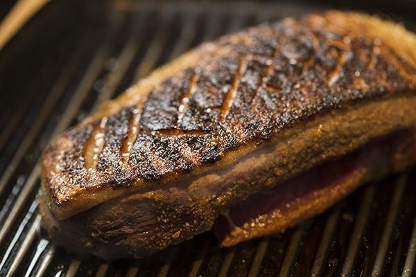 鴨肉のバルサミコソース りんごのソテー添えのレシピ。表面に焼き色がついた鴨肉