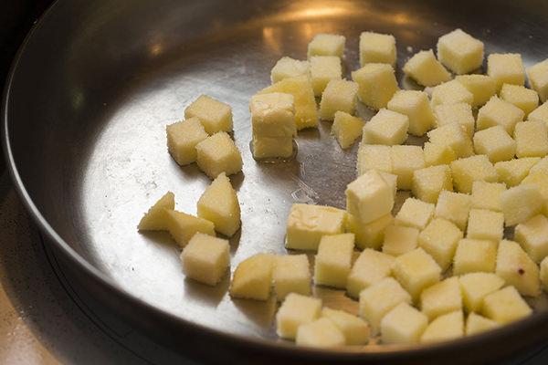 鴨肉のバルサミコソース りんごのソテー添えのレシピ。りんごとバターが入ったフライパン