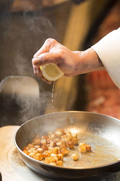 鴨肉のバルサミコソース りんごのソテー添えのレシピ。仕上げにレモン汁をしぼる