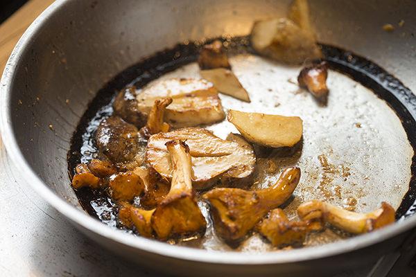 鴨肉のバルサミコソース りんごのソテー添えのレシピ。付け合わせ用のきのこをソテーするところ