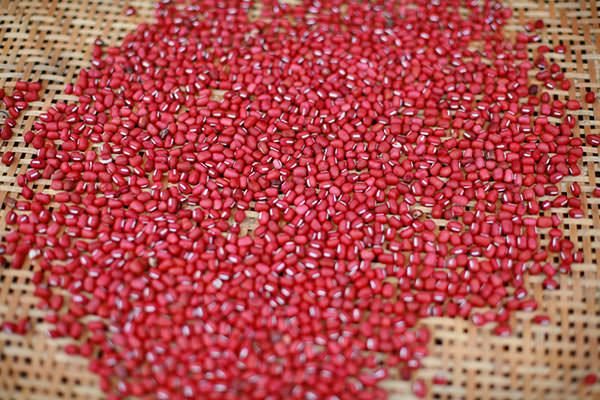 竹ざるに広げられた小豆