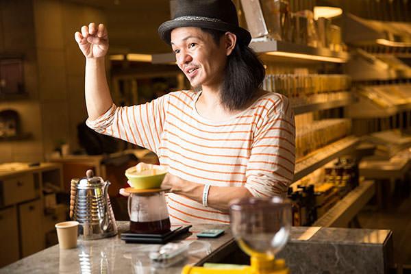 北欧流コーヒーの淹れ方をレクチャーするTRUNK COFFEE代表の鈴木康夫さん