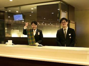 伊勢丹新宿店ワインコーナー『グランドカーヴ』にて接客をするスタイリスト
