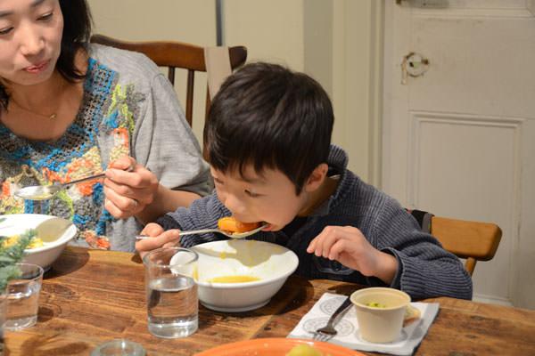クスクスを食べる男の子