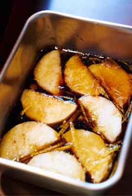 焼いた長芋を調味液にひたす