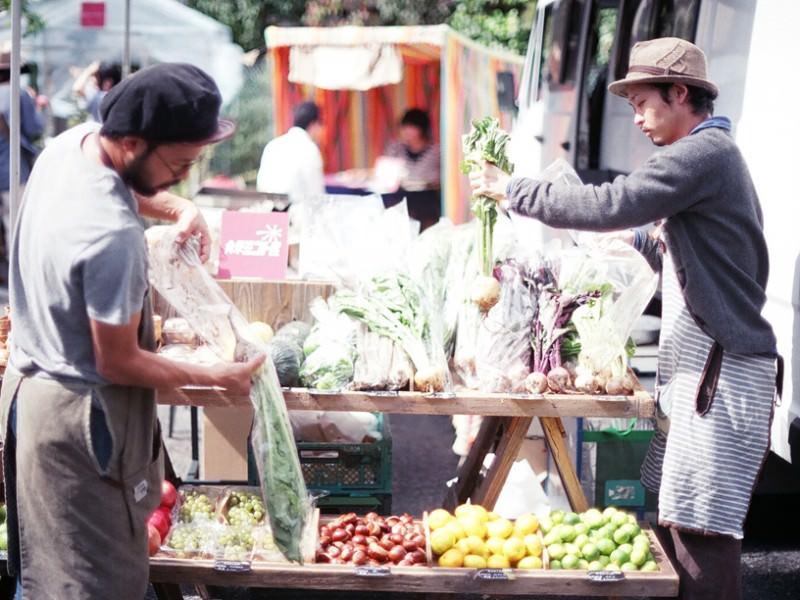 野菜を並べる青果ミコト屋の二人