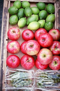 熊本産のグリーンレモン、弘前産のりんごとぶどう