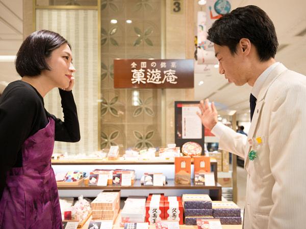 日本橋三越本店の「菓遊庵」で説明を受ける犬山さん