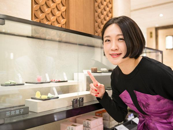 日本橋三越本店の「菓遊庵」、茶席菓子のショーケースと犬山さん