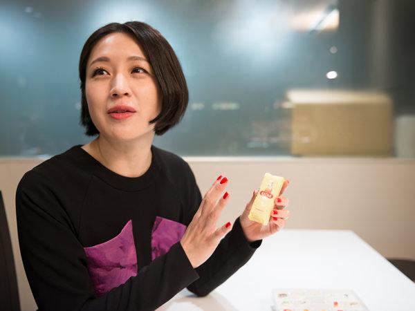 出身地である仙台の銘菓、ままどおるを持つ犬山さん